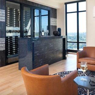 ミネアポリスの中くらいのトランジショナルスタイルのおしゃれなホームバー (I型、ガラス扉のキャビネット、中間色木目調キャビネット、再生ガラスカウンター、グレーのキッチンパネル、ミラータイルのキッチンパネル) の写真