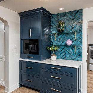 Modelo de bar en casa clásico renovado con puertas de armario azules