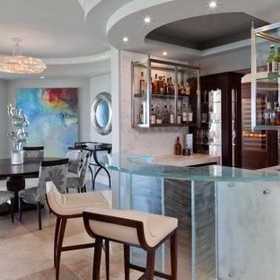 Idee per un bancone bar minimal di medie dimensioni con top in vetro, pavimento beige e top turchese