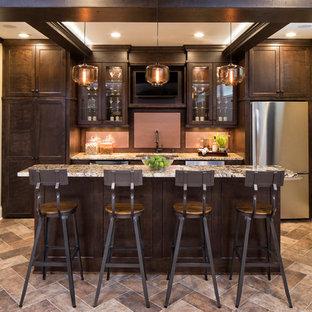 ミネアポリスのトランジショナルスタイルのおしゃれなホームバー (アンダーカウンターシンク、ガラス扉のキャビネット、濃色木目調キャビネット、ピンクのキッチンパネル) の写真