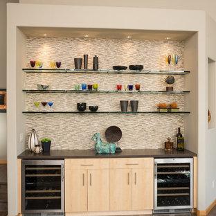 Esempio di un piccolo angolo bar contemporaneo con nessun lavello, ante lisce, ante in legno chiaro, paraspruzzi multicolore, paraspruzzi con piastrelle a listelli e parquet scuro