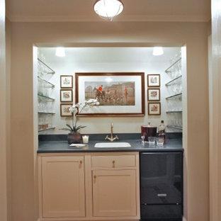 ワシントンD.C.の中くらいのトラディショナルスタイルのおしゃれなウェット バー (I型、アンダーカウンターシンク、シェーカースタイル扉のキャビネット、白いキャビネット、人工大理石カウンター、セラミックタイルの床、オレンジの床) の写真
