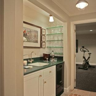 ワシントンD.C.の中くらいのトランジショナルスタイルのおしゃれなウェット バー (I型、アンダーカウンターシンク、シェーカースタイル扉のキャビネット、白いキャビネット、人工大理石カウンター、セラミックタイルの床、オレンジの床) の写真