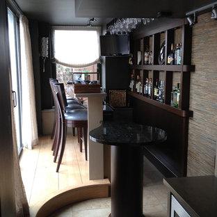 ニューヨークの中くらいのコンテンポラリースタイルのおしゃれな着席型バー (ll型、御影石カウンター、マルチカラーのキッチンパネル、ボーダータイルのキッチンパネル、トラバーチンの床) の写真