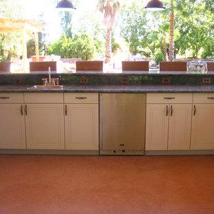 Esempio di un ampio bancone bar chic con lavello da incasso, ante lisce, ante bianche, top in quarzo composito e pavimento arancione