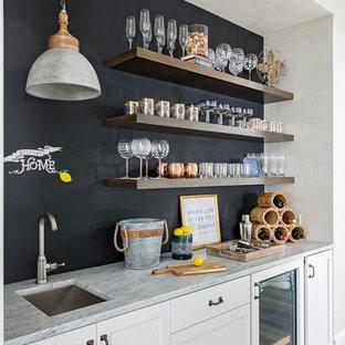 Idee per un angolo bar con lavandino costiero con lavello sottopiano, ante bianche, paraspruzzi blu, pavimento in legno massello medio, pavimento marrone e top grigio