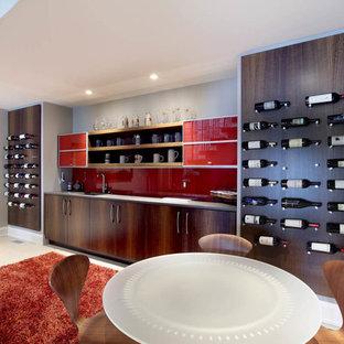 グランドラピッズの広いコンテンポラリースタイルのおしゃれなホームバー (I型、アンダーカウンターシンク、フラットパネル扉のキャビネット、濃色木目調キャビネット、赤いキッチンパネル、ガラス板のキッチンパネル) の写真