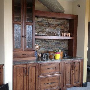 Idee per un piccolo angolo bar con lavandino stile rurale con lavello sottopiano, ante con riquadro incassato, ante in legno bruno, top in granito, moquette e paraspruzzi in ardesia