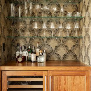 Ispirazione per un angolo bar design con ante in stile shaker, ante in legno scuro e top marrone