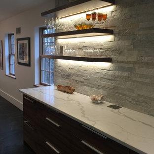 Idee per un angolo bar moderno con top in quarzite, pavimento in gres porcellanato, ante lisce, ante in legno scuro e paraspruzzi con piastrelle in pietra