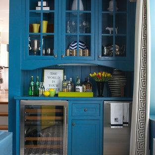 ボストンのトランジショナルスタイルのおしゃれなホームバー (青いキッチンカウンター) の写真