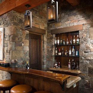 他の地域の小さいラスティックスタイルのおしゃれな着席型バー (ll型、濃色木目調キャビネット、濃色無垢フローリング、レイズドパネル扉のキャビネット、御影石カウンター、マルチカラーのキッチンパネル、石タイルのキッチンパネル、茶色い床) の写真
