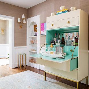 リッチモンドのトランジショナルスタイルのおしゃれなバーカート (I型、フラットパネル扉のキャビネット、白いキャビネット、緑のキッチンパネル、無垢フローリング、茶色い床、ターコイズのキッチンカウンター) の写真
