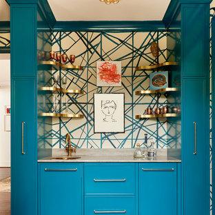 他の地域の中くらいのトランジショナルスタイルのおしゃれなウェット バー (I型、アンダーカウンターシンク、青いキャビネット、大理石カウンター、無垢フローリング、茶色い床、落し込みパネル扉のキャビネット、マルチカラーのキッチンパネル、ベージュのキッチンカウンター) の写真