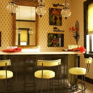 Esempio di un bancone bar classico con moquette