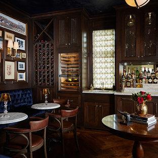 Idée de décoration pour un très grand bar de salon linéaire tradition avec des tabourets, un placard avec porte à panneau encastré, des portes de placard en bois sombre, un sol en bois brun, un sol marron, un plan de travail multicolore, un plan de travail en marbre et un évier encastré.