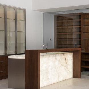 Idee per un angolo bar con lavandino contemporaneo di medie dimensioni con lavello integrato, ante lisce, ante in legno scuro, top in onice, pavimento in gres porcellanato e pavimento beige