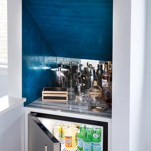 Idee per un piccolo angolo bar costiero con top in quarzo composito, paraspruzzi grigio e paraspruzzi con piastrelle di metallo