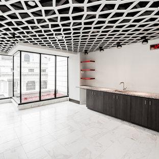 Ispirazione per un angolo bar contemporaneo con ante in legno bruno, top in vetro riciclato e pavimento in marmo