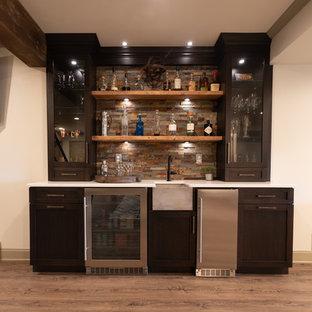 フィラデルフィアの小さいラスティックスタイルのおしゃれなウェット バー (I型、アンダーカウンターシンク、フラットパネル扉のキャビネット、濃色木目調キャビネット、木材カウンター、マルチカラーのキッチンパネル、石タイルのキッチンパネル、ラミネートの床、茶色い床、白いキッチンカウンター) の写真