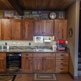 他の地域の中くらいのラスティックスタイルのおしゃれなウェット バー (コンクリートの床、ベージュの床、I型、シェーカースタイル扉のキャビネット、中間色木目調キャビネット、御影石カウンター、ベージュキッチンパネル、ボーダータイルのキッチンパネル) の写真