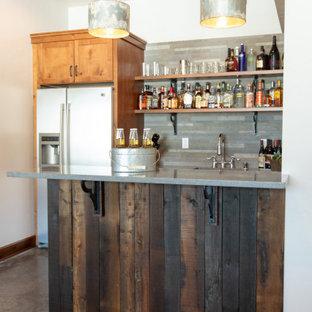 Immagine di un armadio bar country di medie dimensioni con lavello sottopiano, ante in stile shaker, ante in legno chiaro, top in quarzo composito, paraspruzzi grigio, paraspruzzi in ardesia, pavimento in cemento, pavimento grigio e top grigio