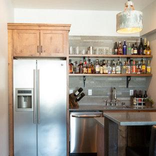 Esempio di un piccolo bancone bar stile rurale con lavello sottopiano, ante in stile shaker, ante in legno chiaro, top in quarzo composito, paraspruzzi multicolore, paraspruzzi in ardesia, pavimento in cemento, pavimento grigio e top grigio