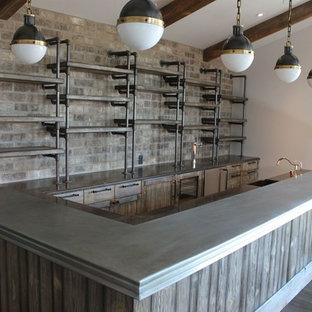 Immagine di un angolo bar rustico con ante con finitura invecchiata, top in pietra calcarea e parquet chiaro