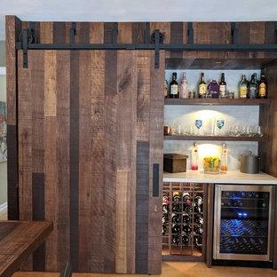 他の地域の中くらいのラスティックスタイルのおしゃれなウェット バー (I型、オープンシェルフ、濃色木目調キャビネット、グレーのキッチンパネル、サブウェイタイルのキッチンパネル、淡色無垢フローリング、茶色い床) の写真