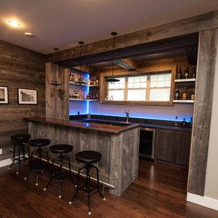 Foto di un grande bancone bar rustico con ante in stile shaker, ante in legno chiaro, top in cemento, paraspruzzi blu, paraspruzzi con lastra di vetro, parquet scuro e pavimento marrone