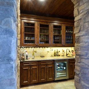 Immagine di un angolo bar con lavandino mediterraneo di medie dimensioni con lavello sottopiano, ante in legno bruno, top in granito, paraspruzzi beige, paraspruzzi con piastrelle in ceramica, pavimento con piastrelle in ceramica, pavimento multicolore e top multicolore