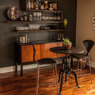 ソルトレイクシティのコンテンポラリースタイルのおしゃれなホームバー (無垢フローリング、I型、シンクなし、フラットパネル扉のキャビネット、中間色木目調キャビネット) の写真
