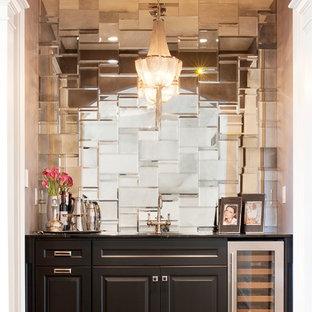 ニューヨークの中くらいのモダンスタイルのおしゃれなウェット バー (I型、アンダーカウンターシンク、レイズドパネル扉のキャビネット、黒いキャビネット、ミラータイルのキッチンパネル、濃色無垢フローリング、茶色い床) の写真