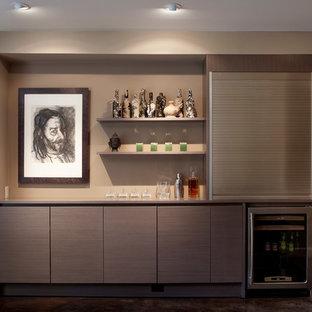 サンフランシスコの巨大なコンテンポラリースタイルのおしゃれなウェットバー (フラットパネル扉のキャビネット、グレーのキャビネット、人工大理石カウンター、茶色いキッチンパネル、コンクリートの床) の写真