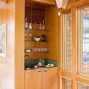 Esempio di un grande armadio bar moderno con lavello sottopiano, ante lisce, ante in legno scuro, top in rame, paraspruzzi verde, paraspruzzi in gres porcellanato e parquet chiaro