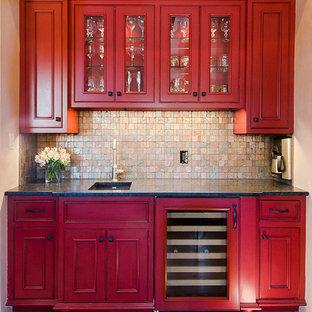 アルバカーキの中くらいのトランジショナルスタイルのおしゃれなウェット バー (I型、アンダーカウンターシンク、ガラス扉のキャビネット、赤いキャビネット、御影石カウンター、マルチカラーのキッチンパネル、ガラスタイルのキッチンパネル、無垢フローリング) の写真