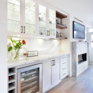 Ispirazione per un angolo bar senza lavandino chic di medie dimensioni con ante in stile shaker, ante bianche, paraspruzzi grigio, pavimento marrone e top grigio