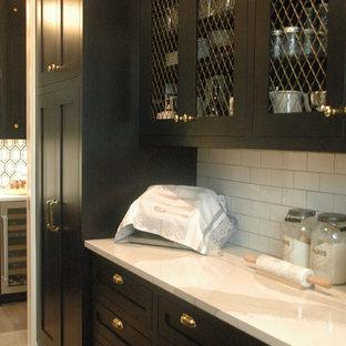 シカゴの広いシャビーシック調のおしゃれなウェット バー (ll型、黒いキャビネット、クオーツストーンカウンター、ドロップインシンク、落し込みパネル扉のキャビネット、白いキッチンパネル、サブウェイタイルのキッチンパネル、セラミックタイルの床、グレーの床) の写真