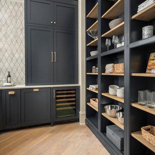 シャーロットの中くらいのトランジショナルスタイルのおしゃれなウェット バー (L型、インセット扉のキャビネット、青いキャビネット、クオーツストーンカウンター、モザイクタイルのキッチンパネル、無垢フローリング、茶色い床、白いキッチンカウンター) の写真