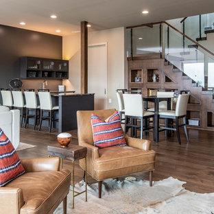 Ispirazione per un grande angolo bar moderno con lavello sottopiano, parquet scuro e pavimento marrone