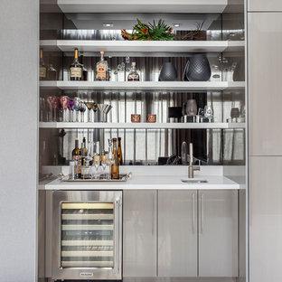 Пример оригинального дизайна: линейный домашний бар в современном стиле с мойкой, врезной раковиной, плоскими фасадами, серыми фасадами, фартуком из зеркальной плитки и белым полом