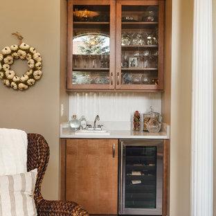 Ispirazione per un piccolo armadio bar minimal con lavello da incasso, ante lisce, ante in legno bruno, top in superficie solida, paraspruzzi bianco, paraspruzzi in gres porcellanato, parquet scuro e pavimento marrone