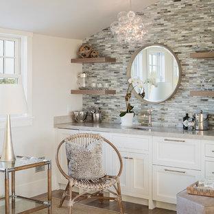 ボストンのトランジショナルスタイルのおしゃれなホームバー (ボーダータイルのキッチンパネル) の写真