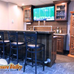 Ispirazione per un piccolo bancone bar rustico con ante con bugna sagomata, ante in legno bruno, top in quarzo composito, paraspruzzi marrone e paraspruzzi in perlinato
