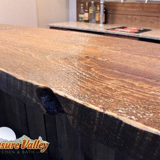 Immagine di un piccolo bancone bar rustico con ante con bugna sagomata, ante in legno bruno, top in quarzo composito, paraspruzzi marrone e paraspruzzi in perlinato
