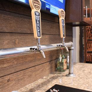Immagine di un piccolo bancone bar stile rurale con ante con bugna sagomata, ante in legno bruno, top in quarzo composito, paraspruzzi marrone e paraspruzzi in perlinato