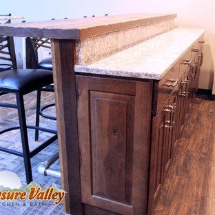 ボイシの小さいラスティックスタイルのおしゃれな着席型バー (ll型、レイズドパネル扉のキャビネット、濃色木目調キャビネット、クオーツストーンカウンター、茶色いキッチンパネル、塗装板のキッチンパネル) の写真