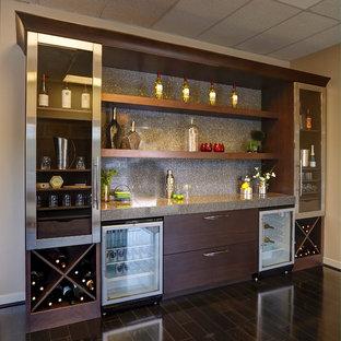 Foto di un angolo bar con lavandino design di medie dimensioni con parquet scuro, ante lisce, ante in legno bruno, top in laminato, paraspruzzi grigio, paraspruzzi in lastra di pietra e pavimento marrone