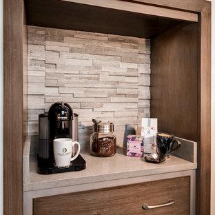 マイアミの小さいトランジショナルスタイルのおしゃれなホームバー (I型、フラットパネル扉のキャビネット、茶色いキャビネット、珪岩カウンター、マルチカラーのキッチンパネル、ライムストーンのキッチンパネル、磁器タイルの床、グレーの床) の写真
