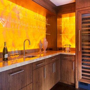 ボストンの中くらいのコンテンポラリースタイルのおしゃれなホームバー (アンダーカウンターシンク、フラットパネル扉のキャビネット、濃色木目調キャビネット、黄色いキッチンパネル、濃色無垢フローリング) の写真